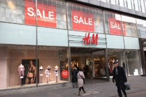 H&M: 4+1 κομμάτια που έχουν προκαλέσει πανικό και πρέπει να πάρεις στις εκπτώσεις!