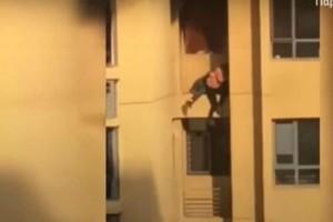 Σοκαριστικό βίντεο: Η στιγμή που ζευγάρι πηδάει από όροφο σε όροφο για να σωθεί από την φωτιά
