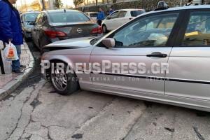 Χαμός στον Πειραιά: Έκλεψε αυτοκίνητο και χτύπησε άλλα δέκα σταθμευμένα!