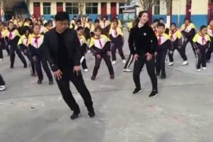 Διευθυντής δημοτικού σχολείου γίνεται viral για...το πρόγραμμα γυμναστικής του!