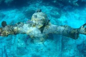 Απίστευτες φωτογραφίες: Το μυστηριώδες άγαλμα του Ιησού στο βυθό της θάλασσας!
