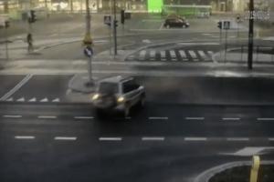 Βίντεο σοκ: Καρέ καρέ η στιγμή που τραμ συγκρούεται με ΙΧ και εκτροχιάζεται!