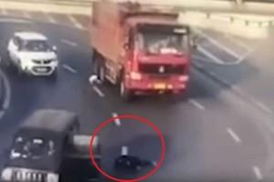 Σοκαριστικό βίντεο: Άνοιξε η πόρτα του αυτοκινήτου και το παιδί βρέθηκε στη μέση της λεωφόρου!