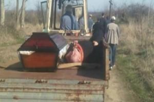 Ιερέας ήπιε τόσο που κοιμήθηκε και τον πήγαν στην κηδεία με τρακτέρ μαζί με το φέρετρο!