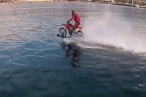 Έτοιμος για... ρεκόρ Γκίνες! - Κάνει motocross ανοιχτής θαλάσσης στα Φαλάσαρνα! (Video)