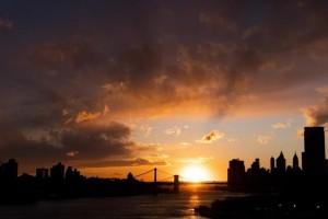Η φωτογραφία της ημέρας: Ο ήλιος ανατέλλει πίσω από τις γέφυρες του Μανχάταν και του Μπρούκλιν!