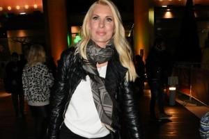 Ελένη Μενεγάκη: Το μπορντό παλτό που φόρεσε και έσπασε τα ταμεία! - Πόσο κοστίζει;