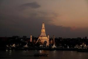 Η φωτογραφία της ημέρας: Ο ναός Βατ Αρούν φωτίζει την Μπανγκόκ της Ταϊλάνδης!
