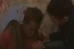 Αστυνομικοί ανέκριναν κρατούμενο τυλίγοντας ένα φίδι γύρω από τον λαιμό του! (video)