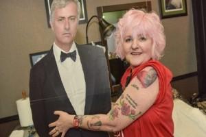 60χρονη «χτυπάει» τατουάζ τον Μουρίνιο για την ημέρα των ερωτευμένων.