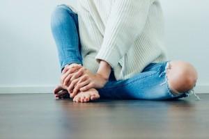 Δείτε με ποιες παθήσεις συνδέονται με το μούδιασμα στα πόδια και στα χέρια