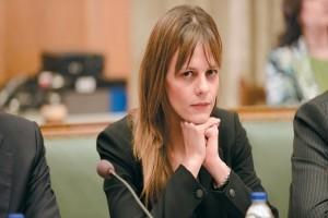 Έφη Αχτσιόγλου: Ποινές για όσους δεν αυξήσουν τον κατώτατο μισθό!