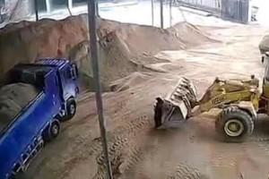Βίντεο σοκ: Η στιγμή που μπουλντόζα παρασύρει γυναίκα και την θάβει!