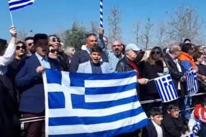 Θεσσαλονίκη: Πολίτες παροτρύνουν  την μπάντα να παίξει το «Μακεδονία Ξακουστή»! (video)