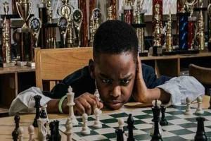 Αυτός ο 8χρονος από τη Νιγηρία μένει σε καταφύγιο αστέγων αλλά κατάφερε να γίνει πρωταθλητής στο σκάκι!