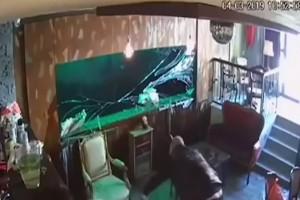 Απίστευτο κι όμως αληθινό: Την ώρα που έπιναν τον καφέ τους... έσπασε το ενυδρείο πίσω τους! (Video)