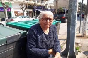 """""""Δεν το έκανα για τα λεφτά"""": Τι λέει η 90χρονη γιαγιά που συνελήφθη γιατί πουλούσε παντόφλες!(video)"""