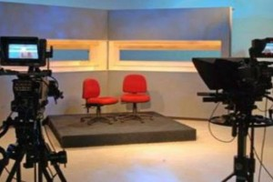 Σάλος στην ελληνική showbiz: Πασίγνωστος παρουσιαστής ζευγάρι με συνεργάτη του!