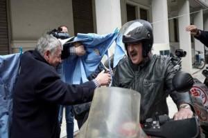 Πολάκης: «μόνο εγώ σας νοιάζομαι»- To σόου προς τις καθαρίστριες!