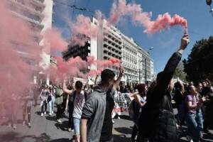 Πορεία με μολότοφ στο Κέντρο της Αθήνας: Mαθητές κατά του νομοσχεδιού Γαβρόγλου!