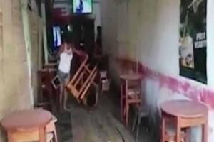 Έπιασε τον άνδρα της να πίνει με 3 γυναίκες και του επιτέθηκε με ένα σκαμπό!