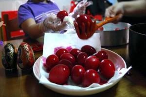 Βαφή αυγών: Δες πως μπορείς να τα βάψεις με φυσικό τρόπο και με ποια τρόφιμα!