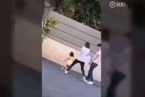 Αδιανόητο: Μητέρα κλώτσησε το παιδί της επειδή δεν έκανε καλή πασαρέλα!