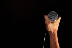 Αυτός είναι ο γκέι πασίγνωστος Έλληνας τραγουδιστής που εθεάθη να ερωτοτροπεί στο κέντρο της Αθήνας!