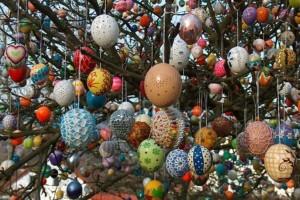 Γερμανία: Στολίζουν δέντρο με αυγά για το Πάσχα!