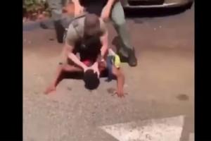 Φρίκη στη Φλόριντα: Aστυνομικοί χτύπησαν το κεφάλι 15χρονου στο οδόστρωμα! (Video)