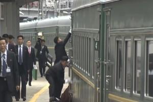 Γυάλισαν μέχρι και τις χειρολαβές του τρένου οι συνοδοί του Κιμ Γιονγκ Ουν! (Video)
