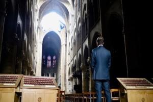 Γαλλία: Σάλος με υπουργό που φωτογραφήθηκε στην καμμένη Παναγία των Παρισίων!