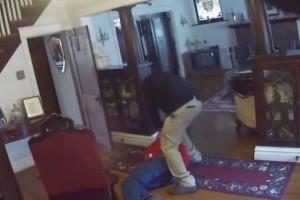 Σοκαριστικό βίντεο: Άγρια επίθεση σε ηλικίωμενο μέσα στο σπίτι του!