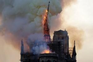 Βίντεο σοκ: Η στιγμή που καταρρέει το κωδωνοστάσιο στην Παναγιά των Παρισίων!