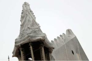 """Παναγία των Παρισίων: Απειλείται από την βροχή και """"τρέχουν"""" να την καλύψουν!"""