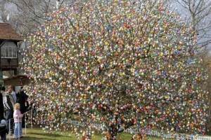 Εμείς τσουγκρίζουμε αυγά και άλλοι στολίζουν δέντρα! Αυτά είναι τα περίεργα έθιμα ανά τον κόσμο!