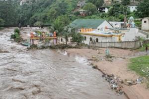 Τουλάχιστον 50 νεκροί από τις φονικές πλημμύρες που έχουν σαρώσει τη Νότια Αφρική! (Video)