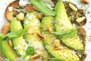 Ένα τέλειο και νηστίσιμο σνακ: Τοστ με αβοκάντο και φυστίκια!