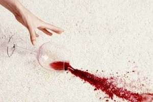 Λερώσατε κάτι στο σπίτι με κόκκινο κρασί; - Οι λύσεις για να εξαφανίσετε τους λεκέδες!
