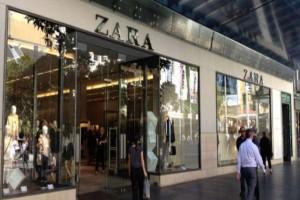 Zara: Αυτά είναι τα τέλεια μαύρα δερμάτινα πέδιλα που θα λατρέψεις!