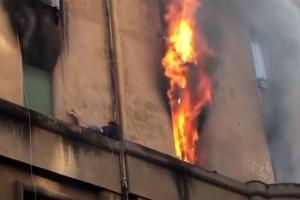 Σοκ: Άνδρας κρεμάστηκε σε περβάζι για να σωθεί από τη φωτιά! (Video)
