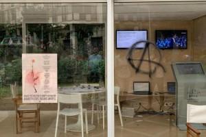 Καταστροφές στο προεκλογικό περίπτερο του Κώστα Μπακογιάννη!