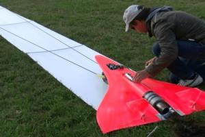 Απίστευτη κατασκευή: Τηλεκατευθυνόμενο αεροπλάνακι που πιάνει τα 727 χλμ! (Video)