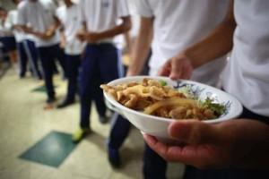 Απίστευτο περιστατικό στις ΗΠΑ: Έχασε τη δουλειά της γιατί έδωσε δωρεάν φαγητό σε μαθητή!