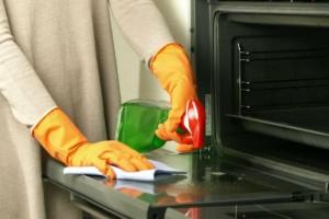 Καθαριότητα στο σπίτι: Αυτό είναι τα tips για να καθαρίσετε τέλεια το διπλό τζάμι του φούρνου!