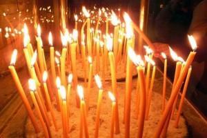 Γνωρίζετε ποιος είναι ο λόγος που δεν πρέπει να σβήνονται γρήγορα τα κεριά που ανάβουμε στην εκκλησία;