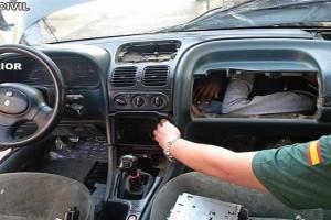 Απίστευτο: Άνοιξαν το ντουλαπάκι του αυτοκινήτου και βρήκαν...άνθρωπο!
