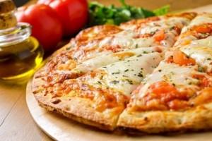Πεντανόστιμη πίτσα μοτσαρέλα!