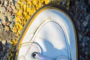 Πώς διορθώνονται οι ραγάδες στα παπούτσια; Το κόλπο που που έχει γίνει viral στο Twitter (Videos)