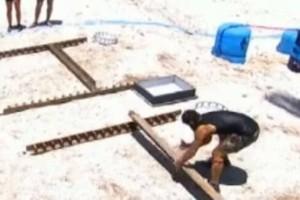 Survivor Ελλάδα Τουρκία: Χαμός! Έπιασε το ξύλο και πήγε να του το πετάξει! (video)